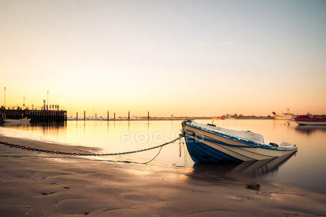 Moored boat on shore with tranquil water — Stock Photo