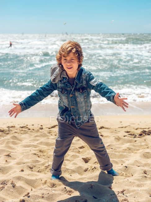 Garçon s'amuser au bord de la mer — Photo de stock