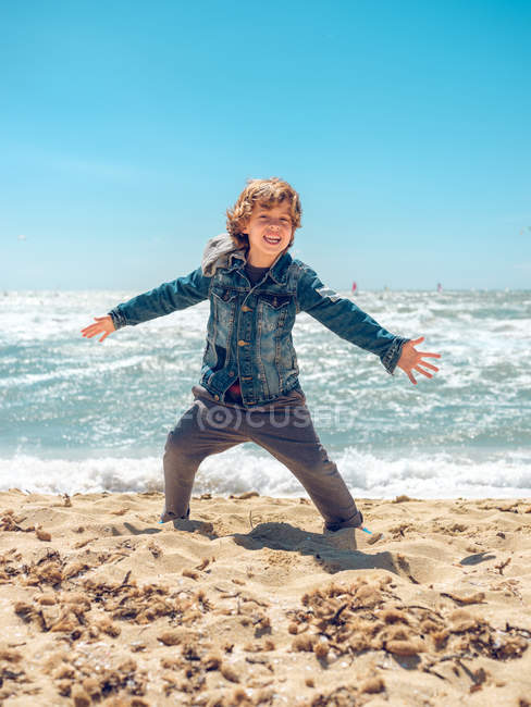 Мальчик веселится на море — стоковое фото