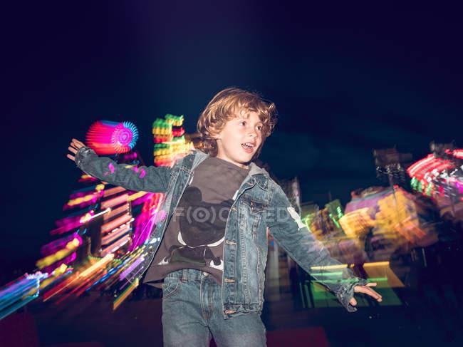 Хлопчик стрибає на ярмарку — стокове фото