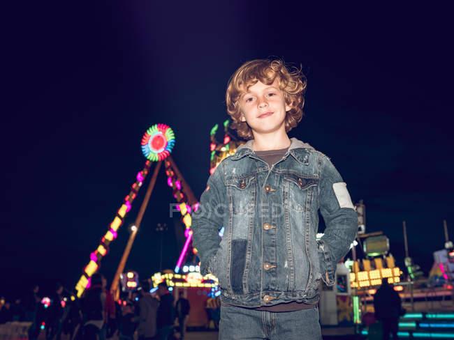 Garotinho animado na feira — Fotografia de Stock