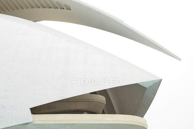 ВАЛЕНЦИЯ, ИСПАНИЯ - 8 НОЯБРЯ 2018 г.: Великолепный вид на фасад чудесного футуристического здания против белого неба в Городе искусств и наук в Валенсии, Испания — стоковое фото