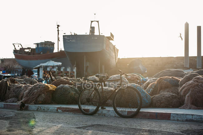 Barche da pesca ancorate con mucchi di reti all'alba a Essaouira, Marocco — Foto stock