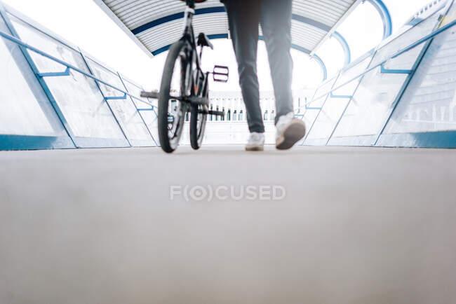 Расслабленный молодой человек позирует на велосипеде BMX. — стоковое фото