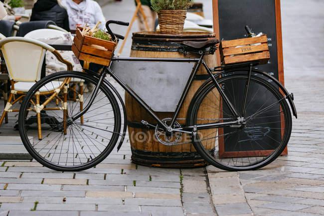 Vintage restaurante de decoración de bicicletas en la calle adoquinada del casco antiguo de Bratislava, Eslovaquia - foto de stock