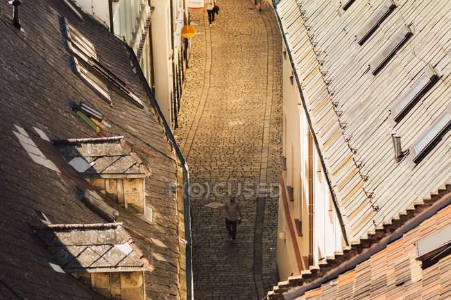 Bratislava, Slovacchia, 30 settembre 2016: Uomo che cammina sulla strada di ciottoli della città vecchia di Bratislava in serata — Foto stock