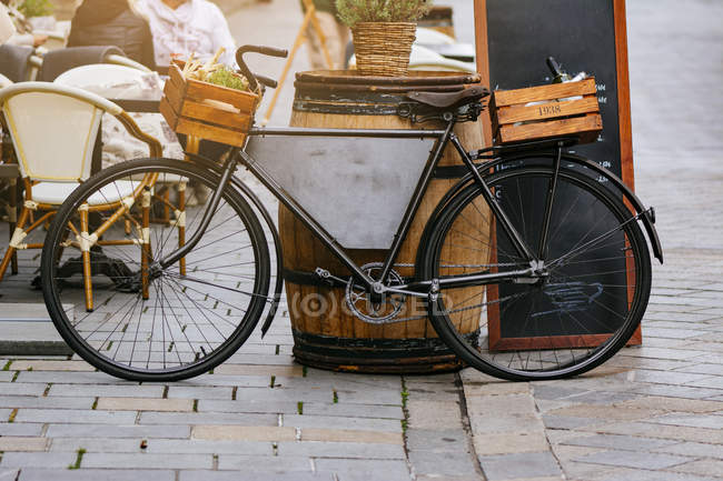 Vintage Bicycle decorating restaurant on cobbled street of the old town of Bratislava, Slovakia — Stock Photo