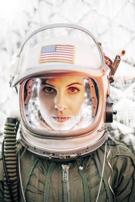 Garota confiante capacete velho espaço com a bandeira americana no fundo da folha — Fotografia de Stock