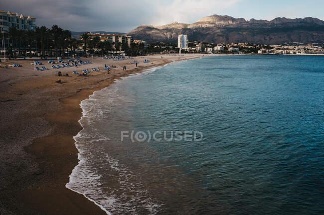 Чудовий вид на пляж і море в хмарний день в Алті (Іспанія). — стокове фото