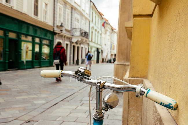 Detail of a Vintage Bike HandleBar with Colorful city Background — Stock Photo