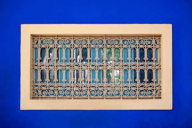 Finestre colorate con barre di sicurezza in acciaio — Foto stock