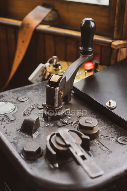 Крупный план ретро-оборудования с ручкой в старой каюте поезда в Порту, Португалия — стоковое фото