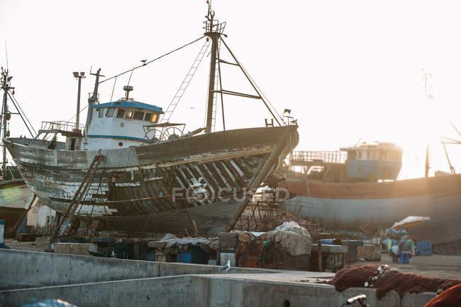 Рыболовные суда, стоящие на якоре в Эс-Сувейра, Марокко — стоковое фото