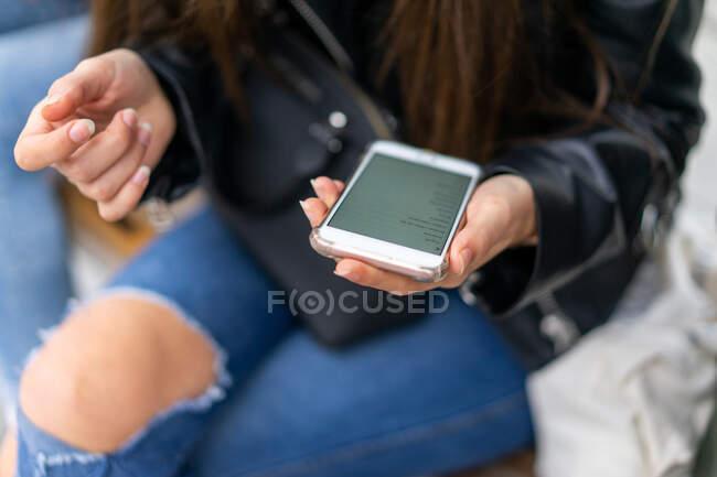 Signora utilizzando smartphone vicino alla donna — Foto stock