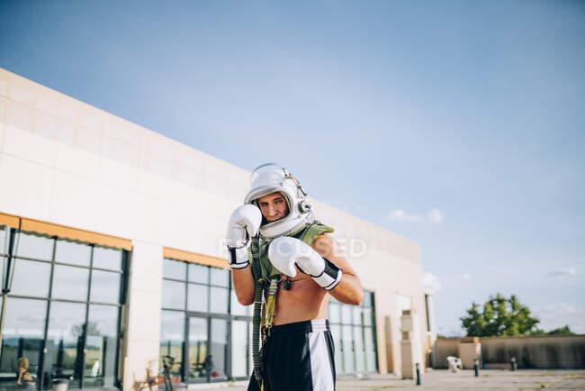 Представляет на улице вместе тренажерный зал с астронавтом шлем. — стоковое фото