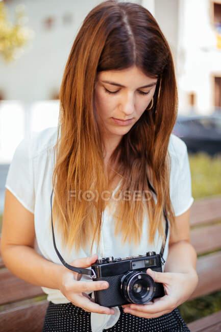 Молодая девушка позирует с винтажной камерой — стоковое фото