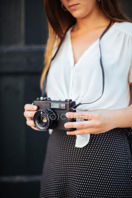 Молода дівчина з старовинною камерою. — стокове фото