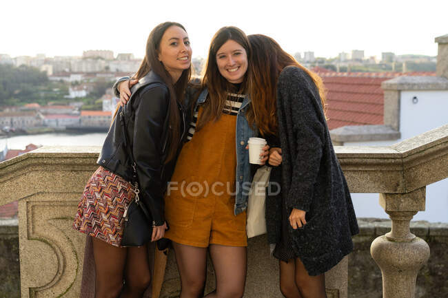 Молоді модні жінки на вулиці — стокове фото