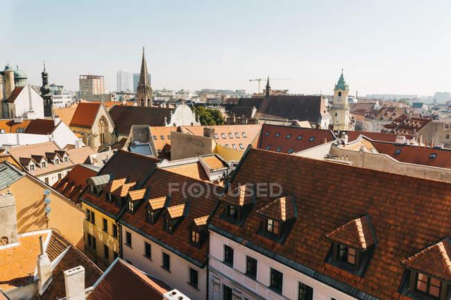 Vista sui tetti rossi e facciate nella città vecchia, Bratislava, Slovacchia — Foto stock