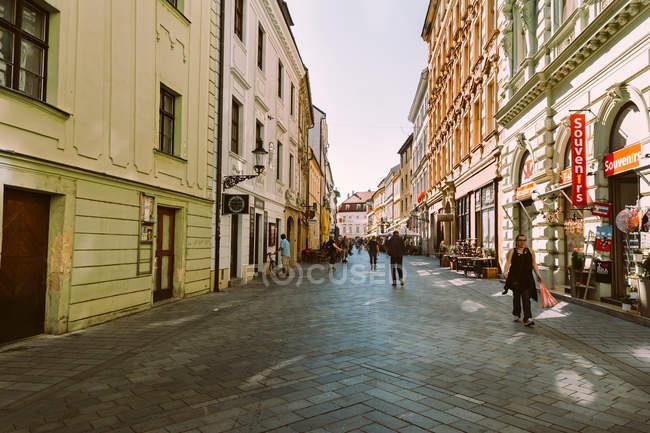 Bratislava, Slovacchia, 3 ottobre 2016: Turisti a passeggio nel centro storico di Bratislava, Slovacchia — Foto stock