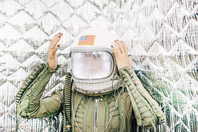Красивая женщина позирует, глядя на камеру в костюме астронавта. — стоковое фото