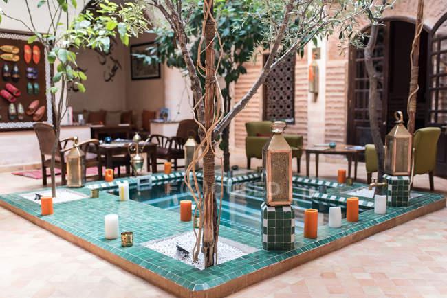 Bellissimo arredamento interno della piscina riad in Marocco — Foto stock