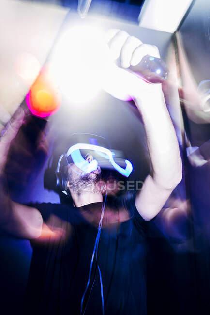 Hombre jugando videojuego en la oscuridad - foto de stock