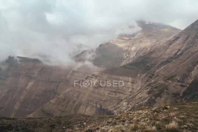 Pic de montagne entre les nuages — Photo de stock