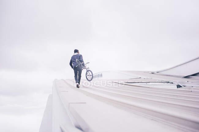 Молодий чоловік позує з BMX велосипедом.. — стокове фото
