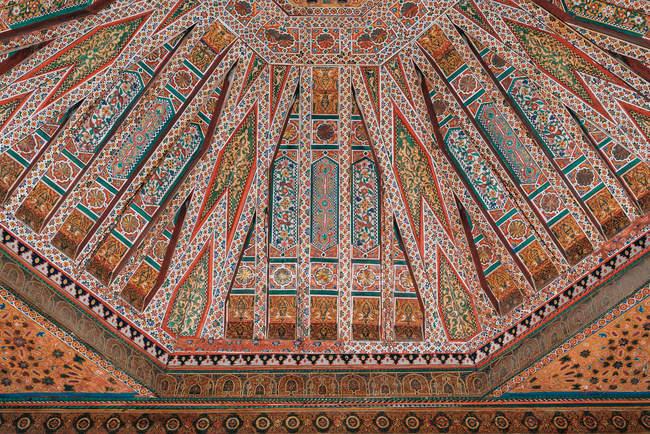 Ручная роспись и скульптурные узоры на потолке — стоковое фото