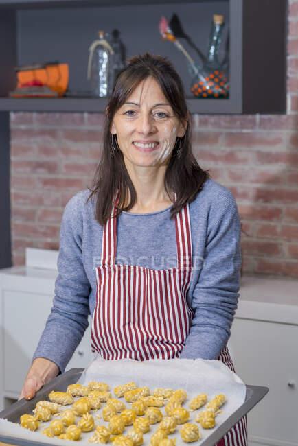 Ragazza che ti mostra una sorta di pasticceria casalinga catalana chiamata Panallets — Foto stock