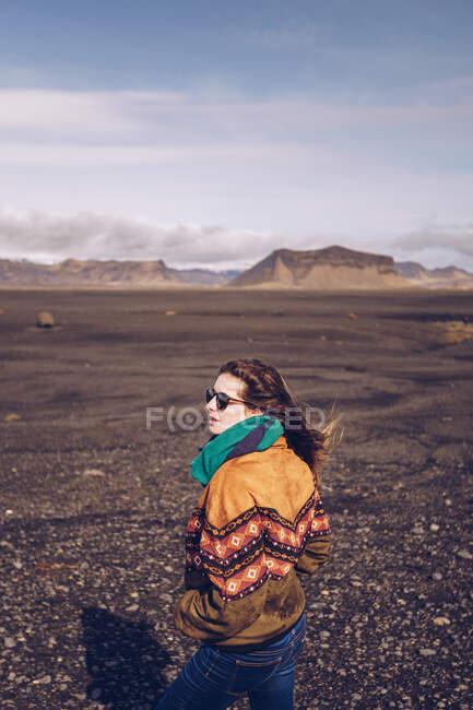 Homme souriant avec debout entre des motifs sombres en Islande — Photo de stock