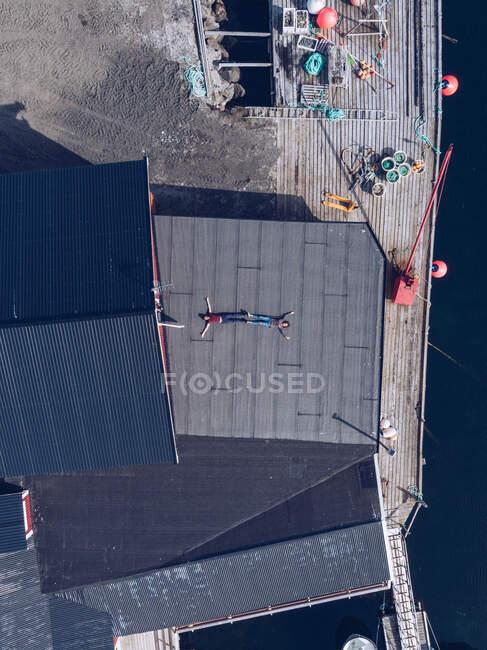 Вид на мандрівників, що лежать на палубі міського порту на сонці (Лофотенські острови, Норвегія). — стокове фото