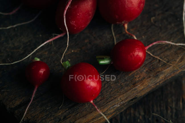 Fresh ripe radishes on wooden background — Stock Photo