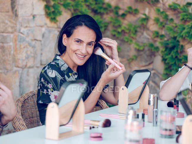 Women applying makeup together — Stock Photo