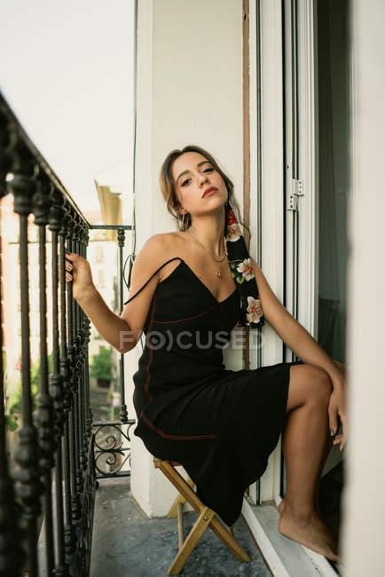 Чарівний молода леді в сукні постановки на балконі — стокове фото
