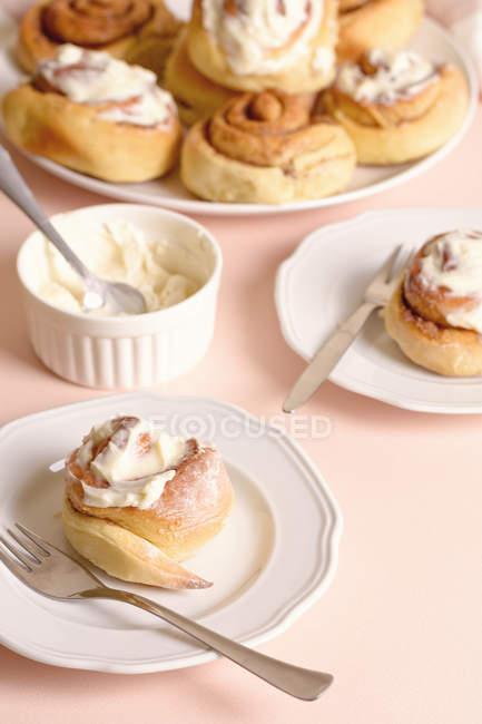 Teller mit leckeren Zimtschnecken mit Vanillecreme. — Stockfoto