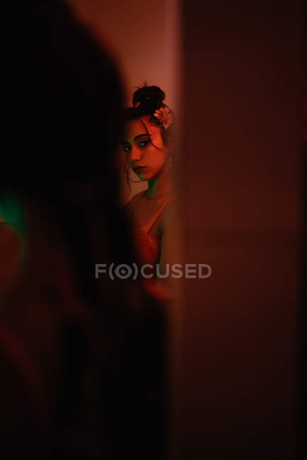 Відображення пристрасний привабливі брюнетка жінка з зачіску і філе на голову перед дзеркалом — стокове фото