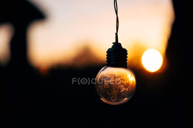 Ampoule de fée sur fond flou de soleil — Photo de stock