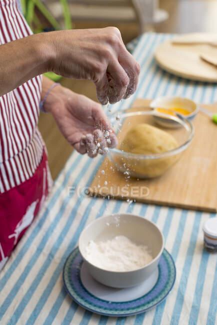 Работа с тестом традиционной каталонской выпечки — стоковое фото