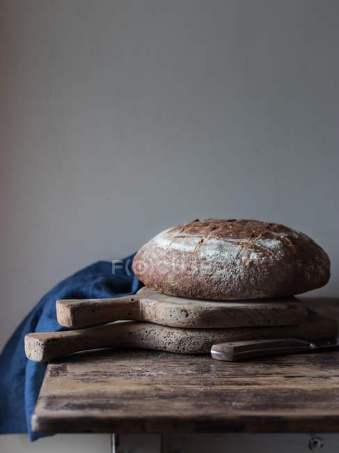Pan pan integral fresco en mesa de madera rústica - foto de stock