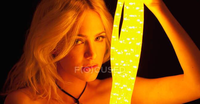 Красивая женщина с неоновыми огнями — стоковое фото