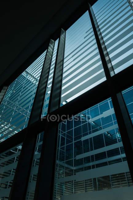 Великі вікна з смугами Сучасна будівля — стокове фото
