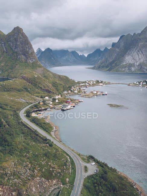 Вид с воздуха на прибрежный город — стоковое фото
