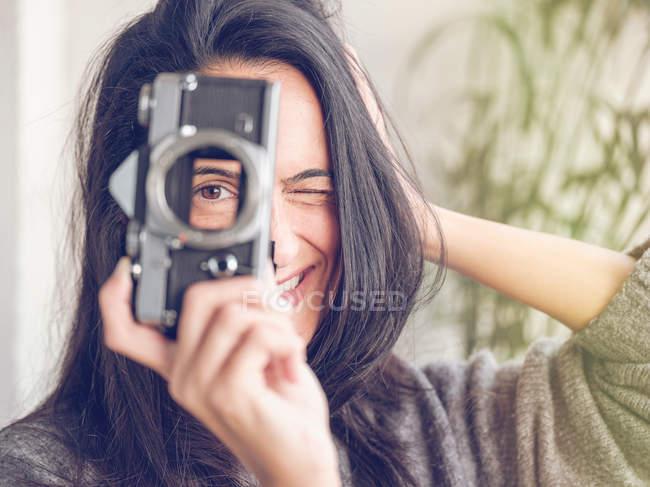 Жінка тримає камеру без лінзи. — стокове фото