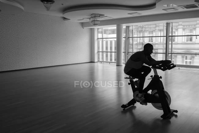 Preto cara fazendo selfie no exercício bicicleta no ginásio — Fotografia de Stock