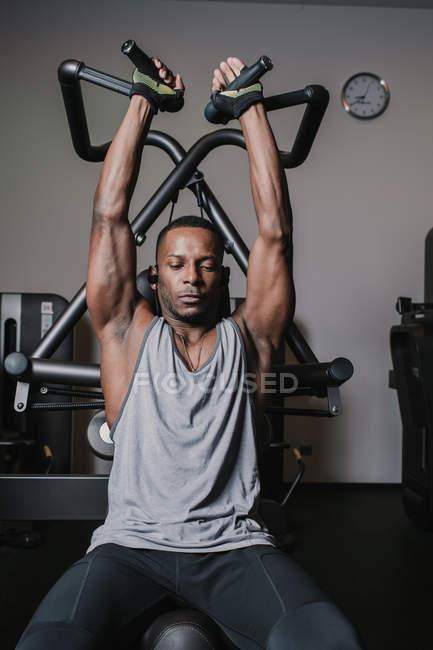 Confident black man exercising in gym — Stock Photo