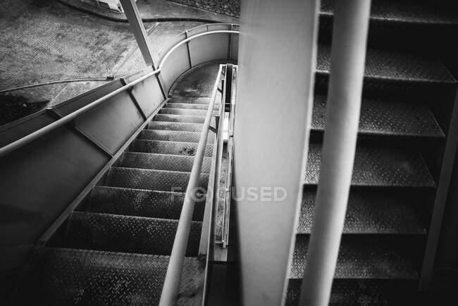 Металлическая винтовая лестница внутри тюрьмы в Овьедо, Испания — стоковое фото