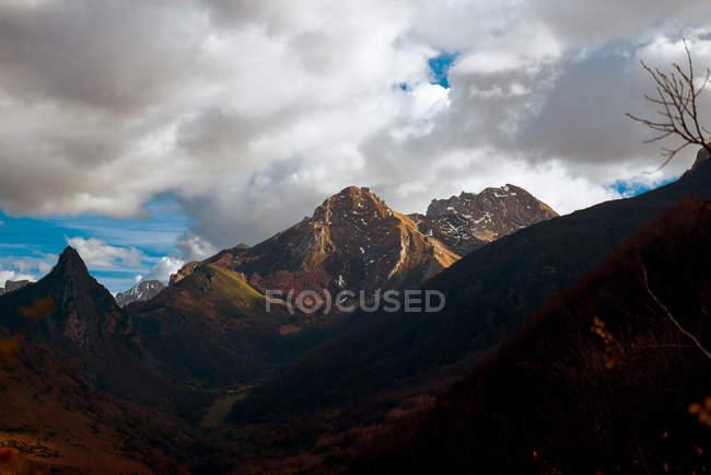 Чудове небо над сніжною гірським діапазоном в прекрасному вечорі в природі — стокове фото
