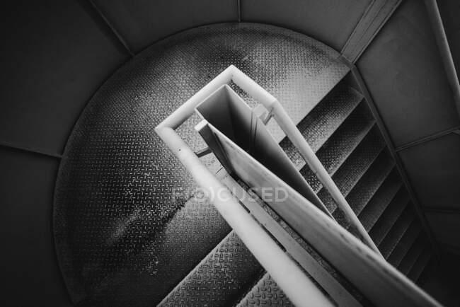 Escadaria em espiral de metal dentro da cadeia em Oviedo, Espanha — Fotografia de Stock